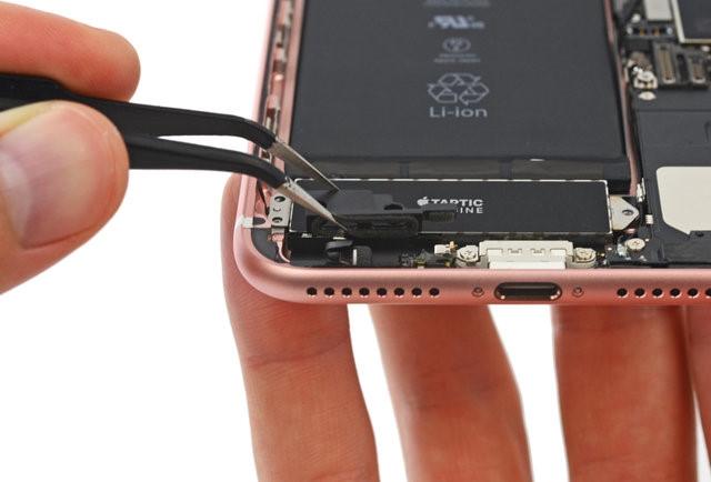 Apple 'lấp' cổng 3.5mm trên iPhone 7 bằng... miếng nhựa - ảnh 1