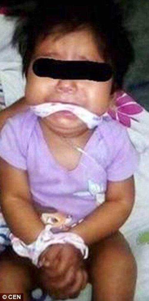 Bé gái 9 tháng tuổi bị mẹ và giúp việc bịt miệng, trói tay rồi đăng lên Facebook - 1