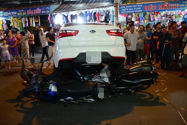 Clip: Hàng chục người Sài Gòn hợp sức đẩy ô tô điên để cứu nạn nhân dưới gầm xe - Ảnh 2.