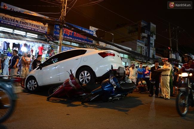 Clip: Hàng chục người Sài Gòn hợp sức đẩy ô tô điên để cứu nạn nhân dưới gầm xe - Ảnh 3.