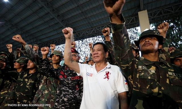 Tổng thống Philippines Rodrigo Duterte (áo trắng) chụp ảnh cùng các binh sĩ tại trại Tecson, Bulacan (Ảnh: PPD)