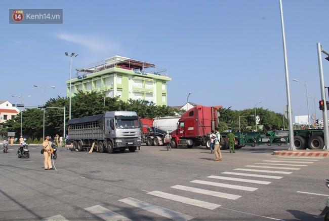 Đà Nẵng: 2 thanh niên chết thảm dưới gầm xe tải, giao thông hỗn loạn - Ảnh 4.