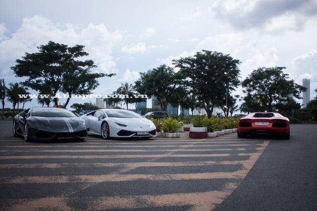 Giới săn xe vừa bắt gặp 5 chiếc Lamborghini trong các bộ áo xúng xính khoe dáng tại một quán cà phê quận 7, Tp.HCM vào ngày 18/9. Trong đó, có 3 chiếc Aventador LP700-4 và 2 bản Huracan LP610-4.