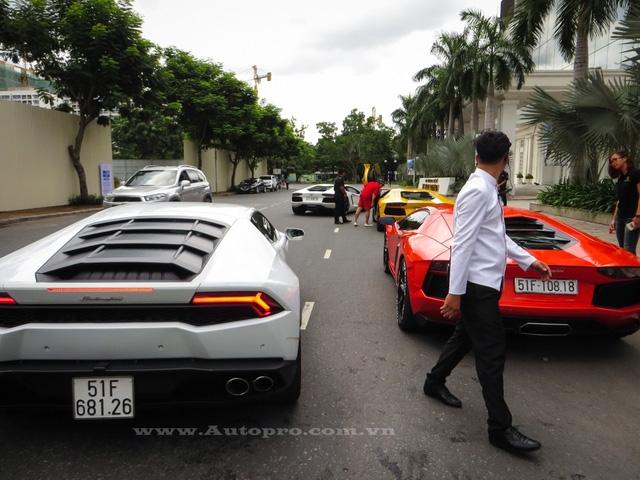 Nhóm người chơi siêu xe Lamborghini này thường tụ tập nhau vào cuối tuần và lái vòng quanh tại khu vực quận 7, trong đó, doanh nhân Quốc Cường cũng hay góp mặt với chiếc Huracan màu vàng biển tứ quý 8.
