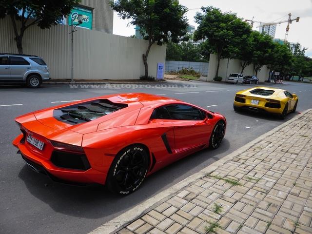 Cặp đôi siêu xe này chính là hai chiếc Aventador đầu tiên và thứ 2 xuất hiện tại Việt Nam, trong đó, chiếc màu vàng được đưa về nước sớm hơn 1 ngày so với người bạn có ngoại thất màu cam.