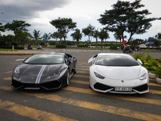 Cặp đôi Lamborghini Huracan LP610-4, trong đó, chiếc màu xám được dán đề-can hai sọc trắng tương tự như bản giới hạn Avio với 250 chiếc được sản xuất trên toàn thế giới.