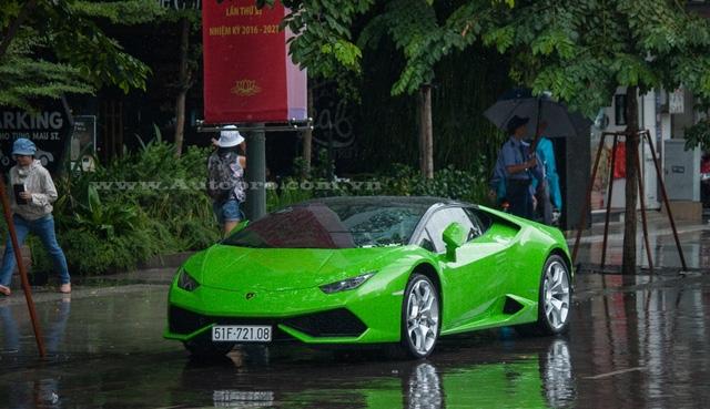 Một chiếc Lamborghini Huracan xuất hiện tại phố đi bộ Nguyễn Huệ dưới cơn mưa, bộ áo xanh cốm nổi bật cùng điểm nhấn là nóc xe được dán đề-can màu đen tạo nên cá tính riêng cho siêu bò.