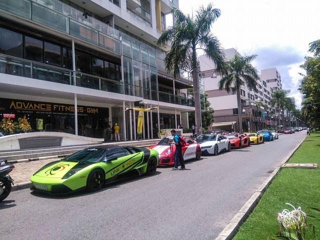 Lamborghini Murcielago LP640 màu xanh cốm cùng dàn xe thể thao và siêu xe khoe dáng tại khu vực Phú Mỹ Hưng, Quận 7.