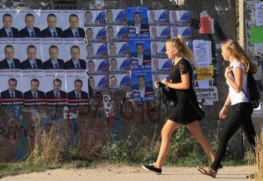 Poster tranh cử dán ở thành phố cảng Sevastopol, Crimea. Ảnh: REUTERS
