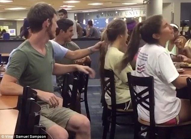 Đú đởn với bạn bè, chàng trai ngất xỉu sau cú tát trời giáng vì dám giật tóc, trêu chọc phụ nữ - Ảnh 2.