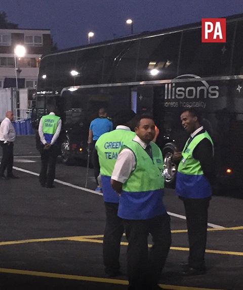 Kane (áo xanh) lên xe buýt băng nạng chống