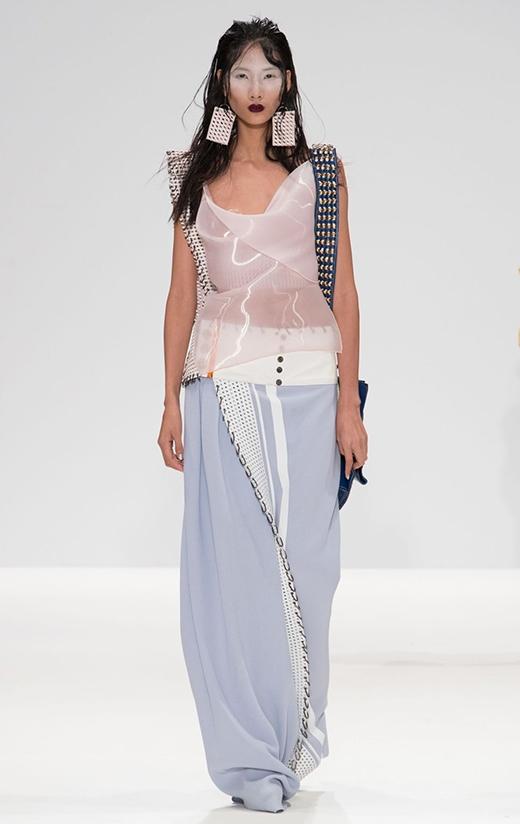 Hoàng Thùy lộ ngực trên sàn diễn London Fashion Week