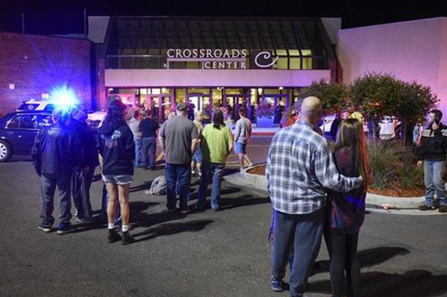 Bên ngoài trung tâm mua sắm Crossroads sau vụ tấn công bằng sau hàng loạt tối 17/9. (Ảnh: Getty)