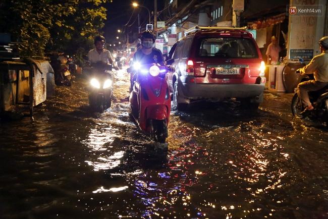 Mưa lớn kết hợp triều cường gây ngập nặng ở Sài Gòn, nhiều người té ngã giữa biển nước - Ảnh 1.