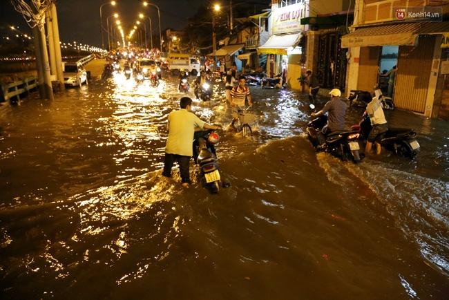 Mưa lớn kết hợp triều cường gây ngập nặng ở Sài Gòn, nhiều người té ngã giữa biển nước - Ảnh 2.