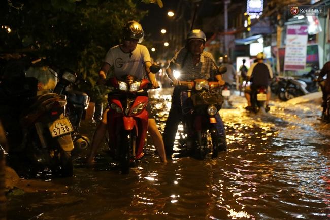 Mưa lớn kết hợp triều cường gây ngập nặng ở Sài Gòn, nhiều người té ngã giữa biển nước - Ảnh 3.