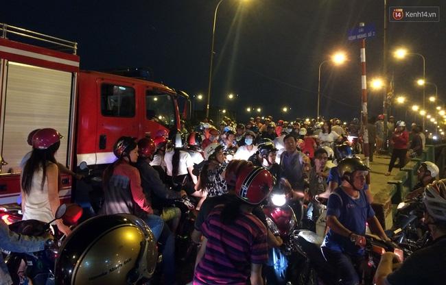 Mưa lớn kết hợp triều cường gây ngập nặng ở Sài Gòn, nhiều người té ngã giữa biển nước - Ảnh 4.