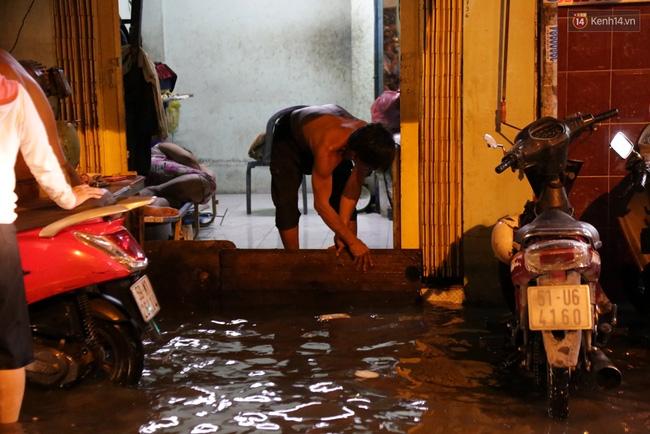 Mưa lớn kết hợp triều cường gây ngập nặng ở Sài Gòn, nhiều người té ngã giữa biển nước - Ảnh 5.