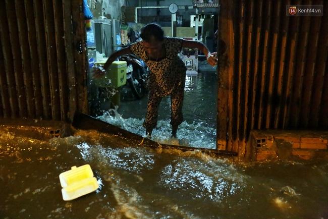 Mưa lớn kết hợp triều cường gây ngập nặng ở Sài Gòn, nhiều người té ngã giữa biển nước - Ảnh 6.