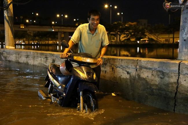 Mưa lớn kết hợp triều cường gây ngập nặng ở Sài Gòn, nhiều người té ngã giữa biển nước - Ảnh 8.