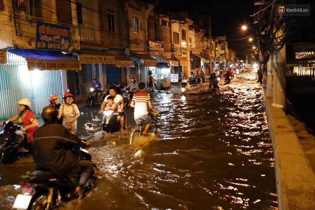 Mưa lớn kết hợp triều cường gây ngập nặng ở Sài Gòn, nhiều người té ngã giữa biển nước - Ảnh 9.