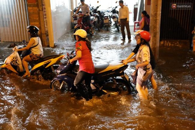 Mưa lớn kết hợp triều cường gây ngập nặng ở Sài Gòn, nhiều người té ngã giữa biển nước - Ảnh 10.