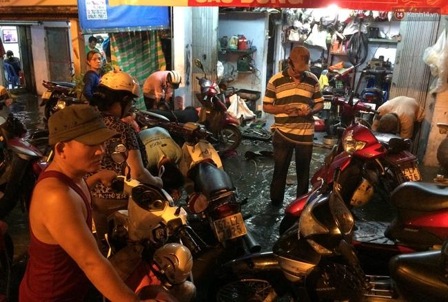 Mưa lớn kết hợp triều cường gây ngập nặng ở Sài Gòn, nhiều người té ngã giữa biển nước - Ảnh 12.