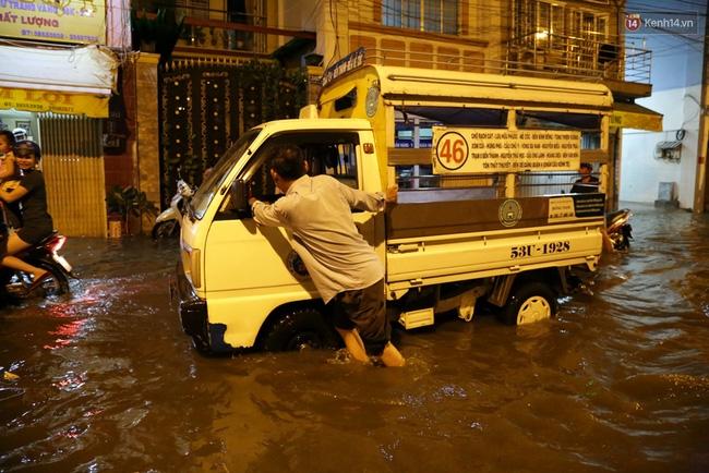 Mưa lớn kết hợp triều cường gây ngập nặng ở Sài Gòn, nhiều người té ngã giữa biển nước - Ảnh 13.