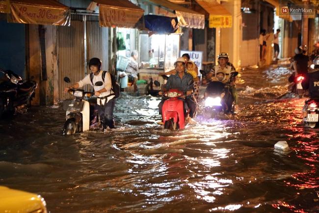 Mưa lớn kết hợp triều cường gây ngập nặng ở Sài Gòn, nhiều người té ngã giữa biển nước - Ảnh 14.