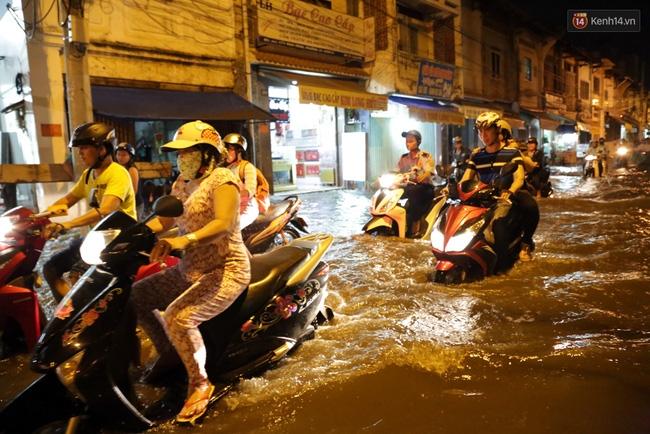 Mưa lớn kết hợp triều cường gây ngập nặng ở Sài Gòn, nhiều người té ngã giữa biển nước - Ảnh 15.