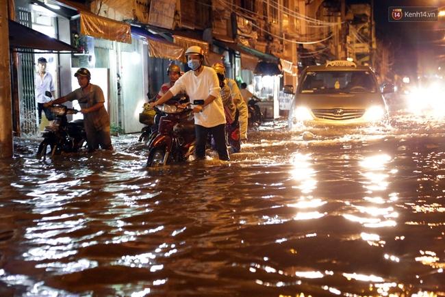 Mưa lớn kết hợp triều cường gây ngập nặng ở Sài Gòn, nhiều người té ngã giữa biển nước - Ảnh 16.
