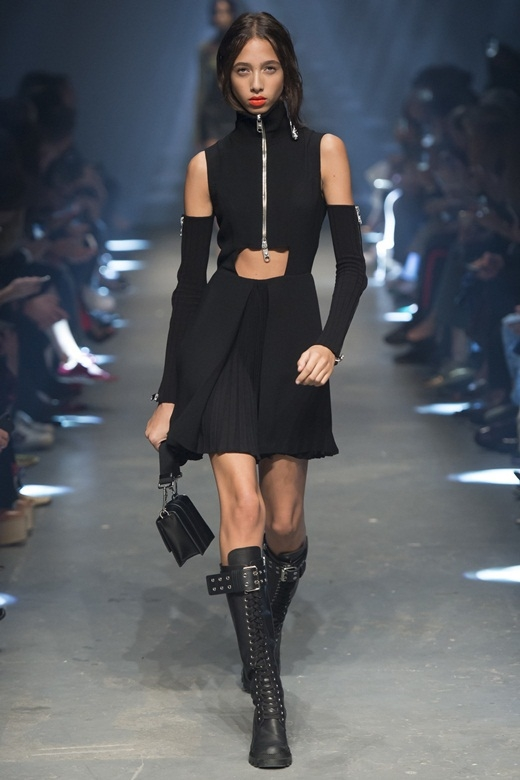 Người mẫu dùng thắt lưng che ngực trong show Versace