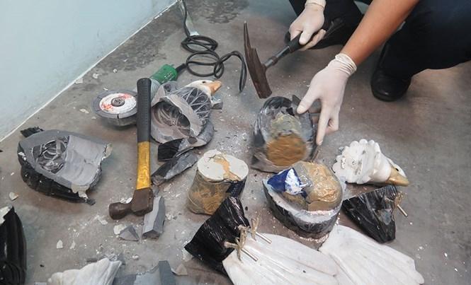 Ma túy được giấu trong tượng chim đại bàng bằng đá rất tinh vi...  /// Ảnh: CTV