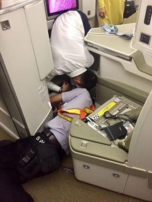 Thợ máy, tiếp viên đẫm mồ hôi tìm iPhone cho khách Thương gia trên máy bay - Ảnh: Facebook T.V.T