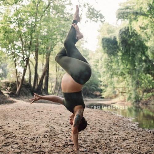 Tròn mắt với mẹ trẻ vừa tập yoga vừa cho con bú - ảnh 3