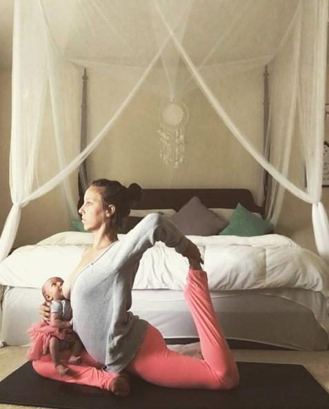 Tròn mắt với mẹ trẻ vừa tập yoga vừa cho con bú - ảnh 7