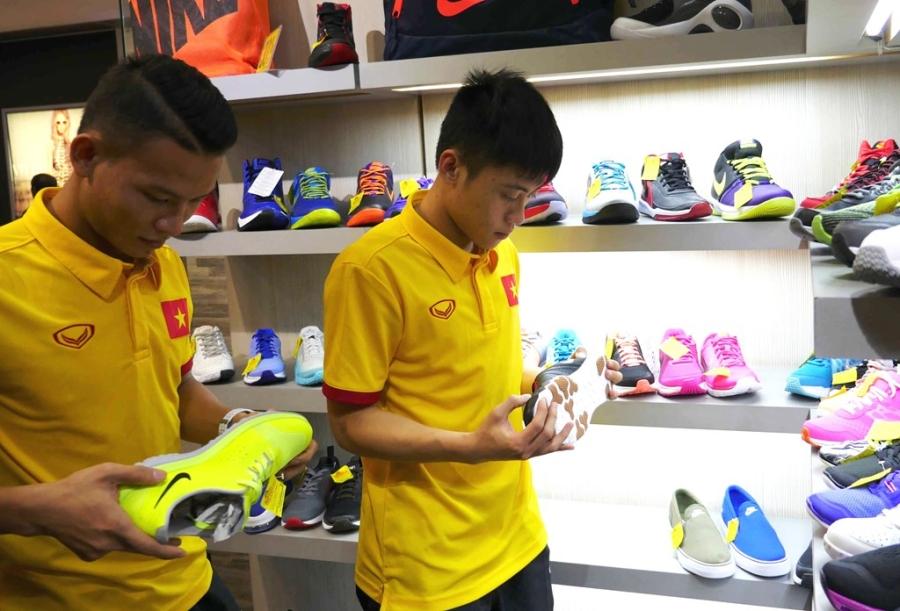 Các cầu thủ như Thái Huy, Ngô Ngọc Sơn thích thú ngắn những đôi giày thi đấu chuyên dụng cho futsal.