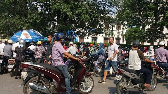 Gần 9 giờ sáng ngày 19/9, tại bãi giữ xe khu vực khoa Thần Kinh, Viện Sức khỏe tâm thần (cổng Phương Mai) của BV Bạch Mai rơi vào tình trạng vỡ trận vì lượng xe xếp hàng chờ gửi. Ảnh: H.Hải
