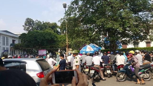 Người dân đến BV Bạch Mai khám bệnh, thăm người thân xếp hàng cả tiếng đồng hồ chờ được gửi xe. Ảnh: H.Hải