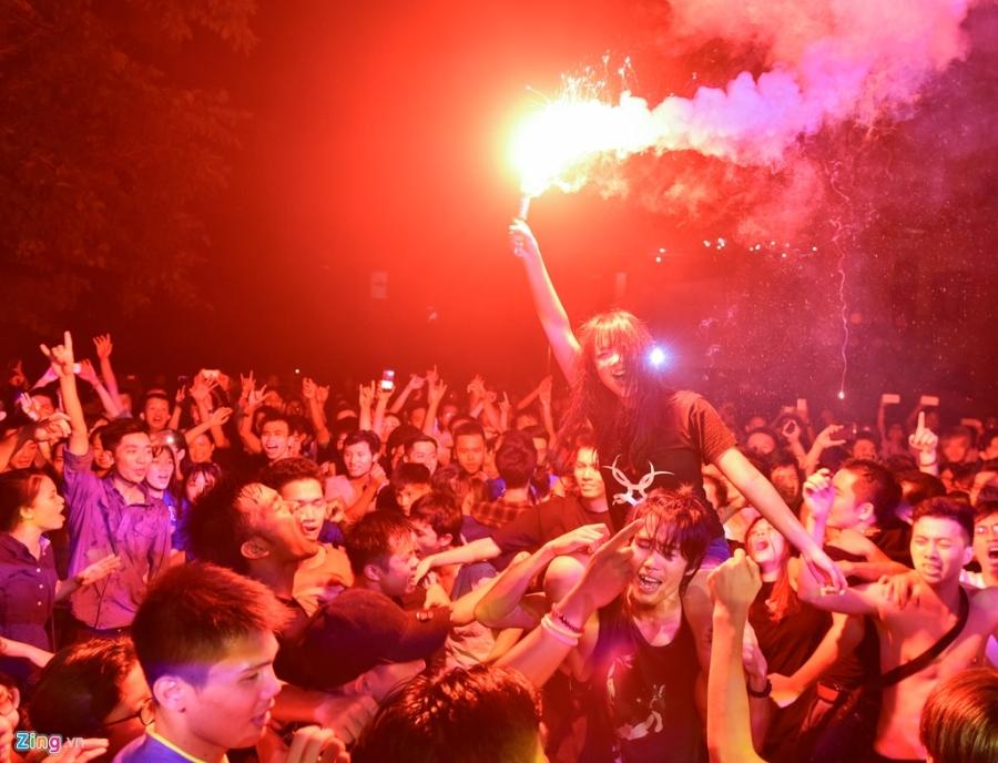 Bua tiec rock Phuong Dong cuong nhiet trong phao sang hinh anh 5