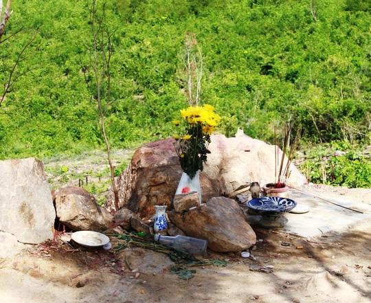 Vị trí đặt hòn đá vẫn được người dân nhang khói