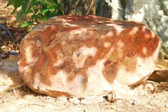 Hòn đá được đưa về trụ sở UBND xã Vạn Hưng
