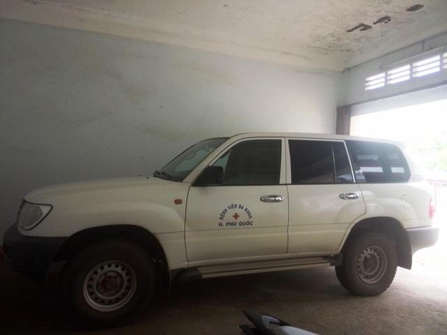 Chiếc xe nhãn hiệu TOYOTA loại LANDCRUISER, BKS 68C-0799 do Bộ Y tế cấp để làm xe cứu thương cho bệnh viện nhưng bác sĩ Nguyễn Đức Phát tự ý biến thành xe cá nhân để đi học và đi công tác.