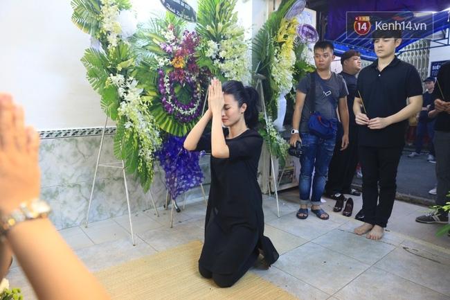 Hà Hồ thất thần, Đông Nhi khóc nức nở khi đến tiễn đưa Minh Thuận vào giữa đêm - Ảnh 8.