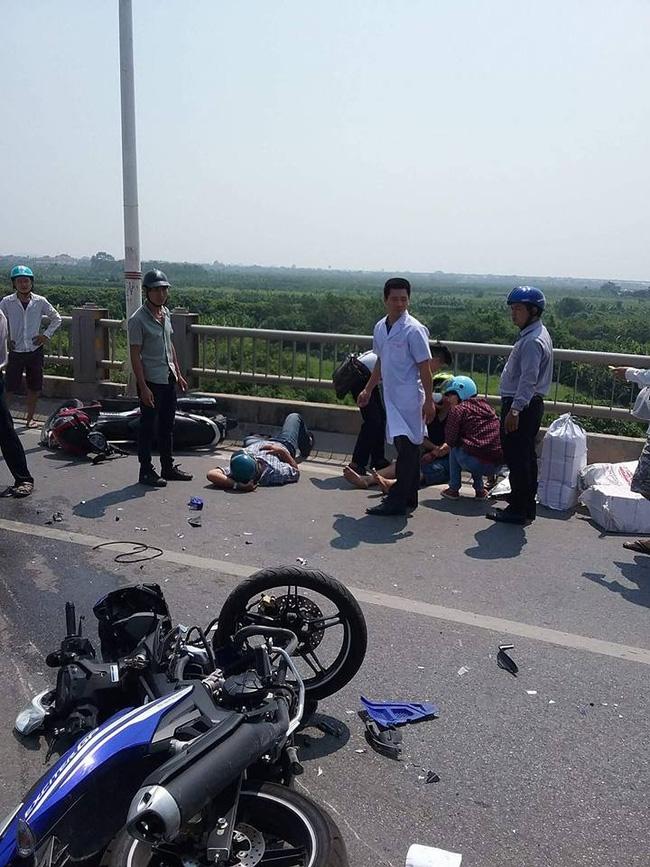 Hà Nội: Ô tô đâm liên hoàn vào 4 xe máy trên cầu Vĩnh Tuy, 3 người nhập viện cấp cứu - Ảnh 2.