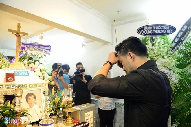 Hoai Linh den le tang cau nguyen cho Minh Thuan hinh anh 8