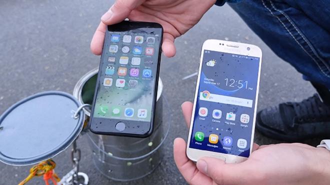 iPhone 7 chong nuoc tot hon Galaxy S7 hinh anh 1