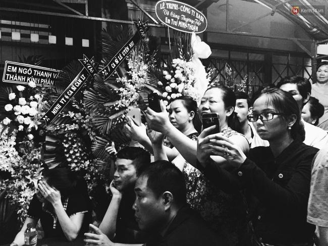 Lại tái diễn cảnh người dân hiếu kỳ vây kín xem nghệ sĩ tại đám tang Minh Thuận - Ảnh 2.