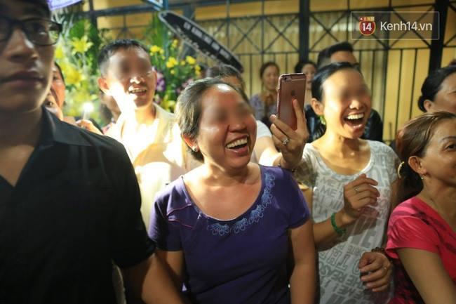Lại tái diễn cảnh người dân hiếu kỳ vây kín xem nghệ sĩ tại đám tang Minh Thuận - Ảnh 3.