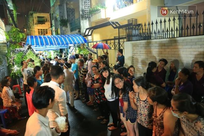 Lại tái diễn cảnh người dân hiếu kỳ vây kín xem nghệ sĩ tại đám tang Minh Thuận - Ảnh 4.